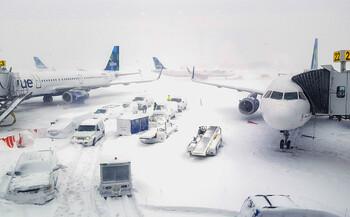 В США из-за снегопадов и дождей отменено свыше 2 000 авиарейсов