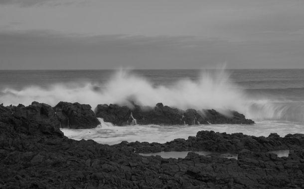 7 впечатляющих черных песчаных пляжей